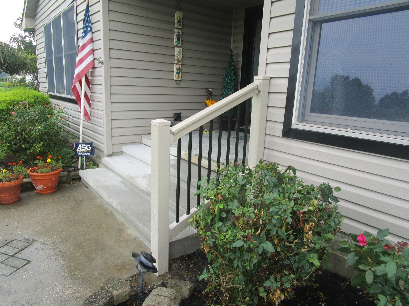 54_custom-stair-rail-tan-vinyl-with-black-aluminum-pickets Railings - Forrest Fencing