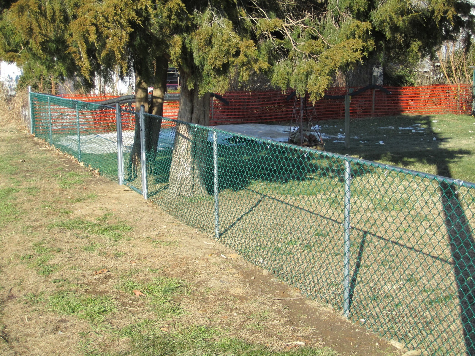 50_green-vinyl-coated-chainlink-mesh-with-galvanzied-post-and-railjpg Chainlink - Forrest Fencing
